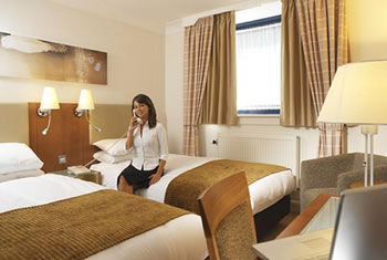 off-airport hotel luton holiday inn