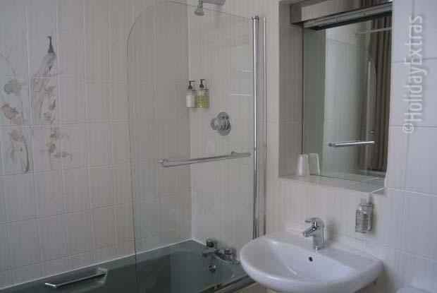 En suite rooms at the Gatwick Cambridge Hotel