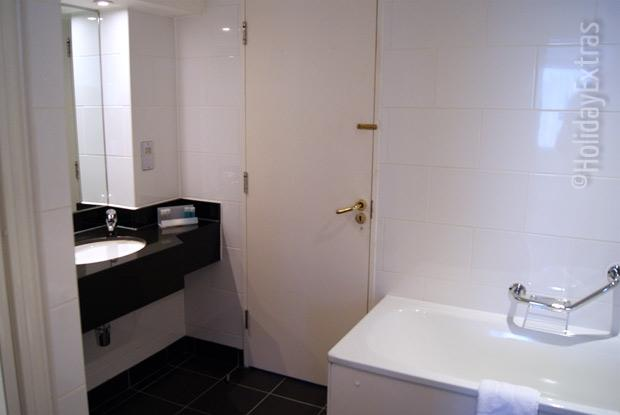 Gatwick Moat House en suite bathroom