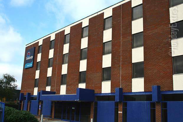 You will be sure to find rooms available at the large Gatwick Travelodge