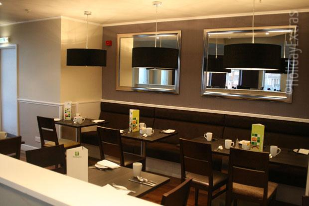 Seating in the restaurant at the Holiday Inn Slough Windsor restaurant