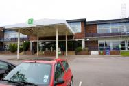 The entrance of the Holiday Inn Luton South M1 J9